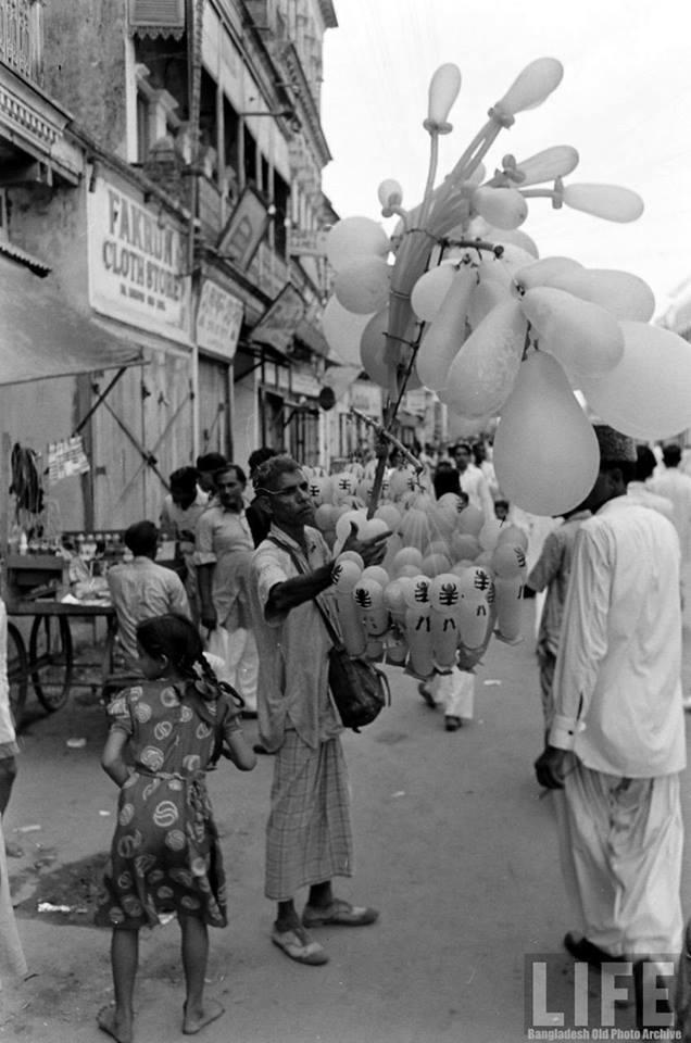 ১৯৫৪ সালের এক ঈদের দিনে ঢাকার রাস্তা।